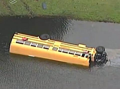 Автобус с 27 детьми переверн…