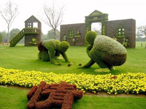 Интересные скульптуры из кустарников и цветов