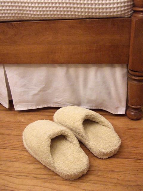 Старые шлепанцы + полотенце …