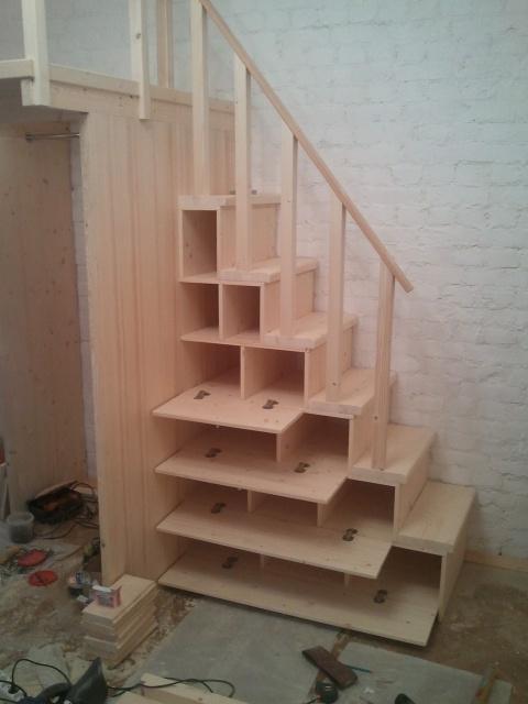 лестница на второй ярус с открытыми дверками