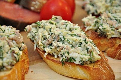 Бутерброды с печенью трески и сыром