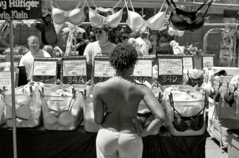 Их нравы: борьба за право женщин выходить на улицу с голым торсом