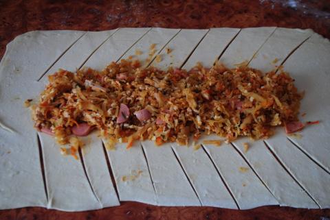 И снова слоеное тесто. Быстрые пироги с капустой и грибами, с капустой и курицей (можно сосиски, мясо и т.д.)