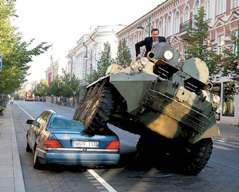 "ШОК! Мэр на бронетранспортере раздавил неправильно припаркованный ""мерс"""