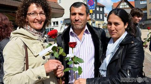 В городах, где произошли изнасилования, немецкие женщины дарили беженцам цветы