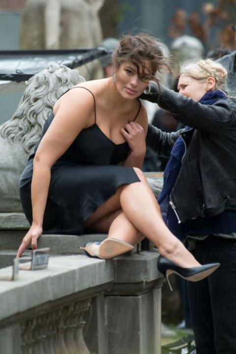 Красное платье и высокий разрез — плюс-сайз модель Эшли Грэм во всей своей пышной красе