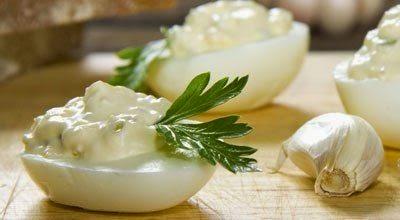 Фаршируем яйца соленым огурц…