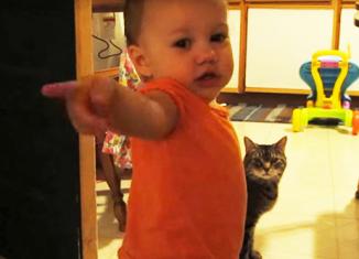 Как малышка разговаривает с кошкой