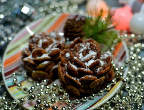 Шишка из кукурузных хлопьев - необычное украшение новогоднего стола!