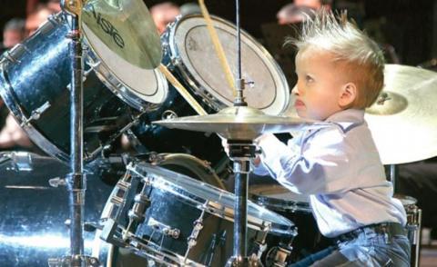 4-летний барабанщик выступае…
