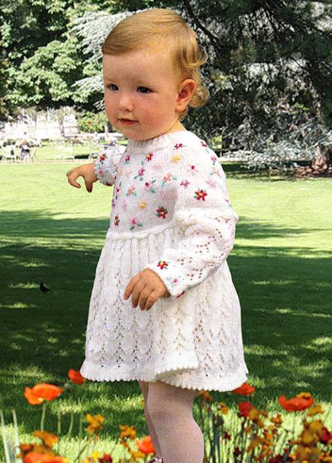 Вязаное платье с цветочками