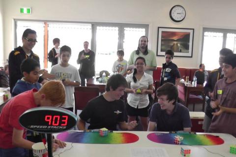 Побит рекорд по скорости собирания кубика Рубика