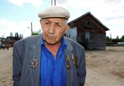 Нищий миллионер раздаёт деньги бедным и живёт в бараке