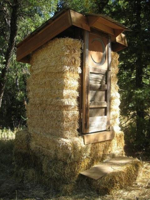 Дачный туалет из соломы