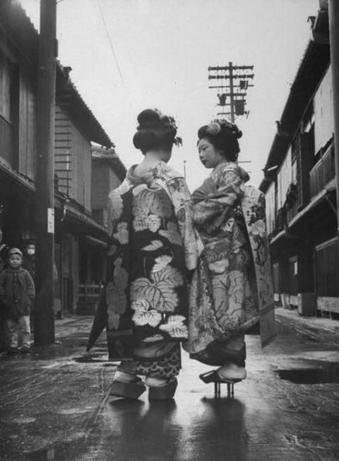 20 ретро-фотографий японских гейш, считающих, что точно знают истинное предназначение женщины