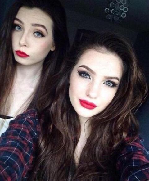 Две соблазнительные девушки с макияжем и без него (2 фото)