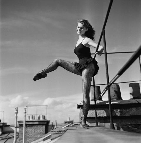 18-летняя Бриджит Бардо танцует на крыше (1952 г.)