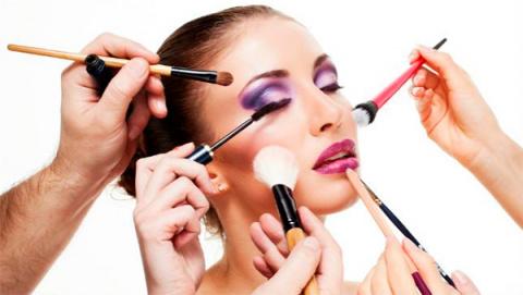 Безумные тренды: отказ от бровей, волосы в носу и пиксельный макияж