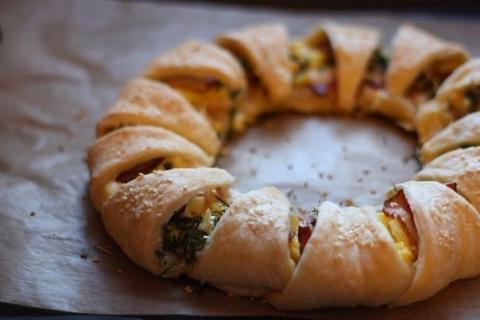 Пирог-венок с беконом, яйцами и сыром