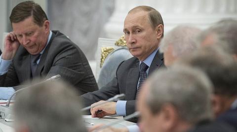 Владимир Путин обвинил зарубежные фонды в переманивании молодежи в школах