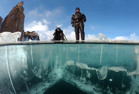 Погружение дайверов под лед …
