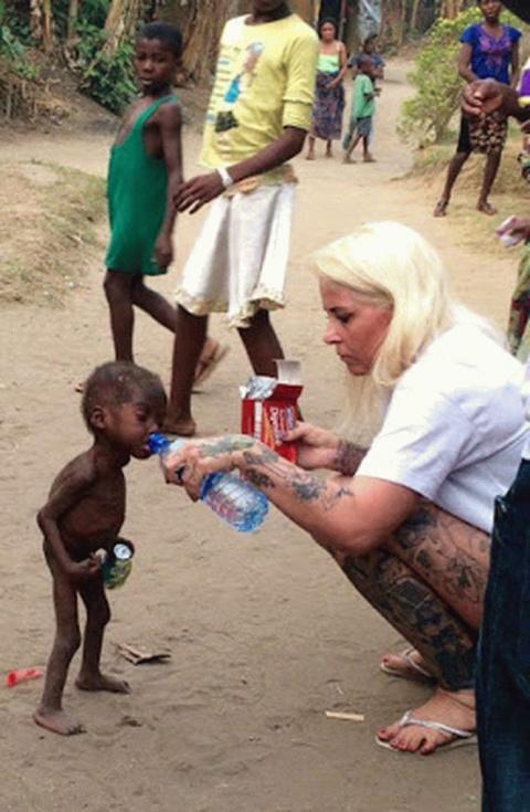 Женщина спасает нигерийских …