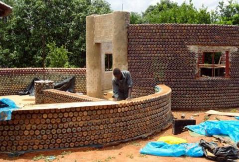 В Нигерии начали строить дома из пластиковых бутылок