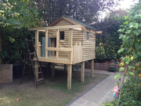 Этот потрясающий дедушка построил настоящую деревянную крепость для внуков