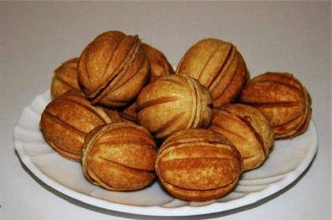 Подскажите, пожалуйста, как испечь орешки со сгущенкой и печенье в вафельнице.