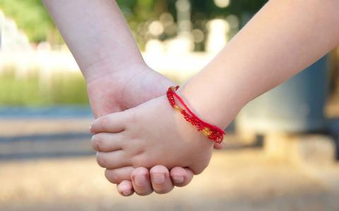 Что значит красная нитка на запястье и как ее правильно завязать