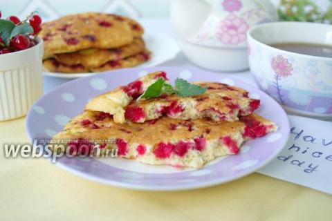 Бисквитные оладьи с красной смородиной