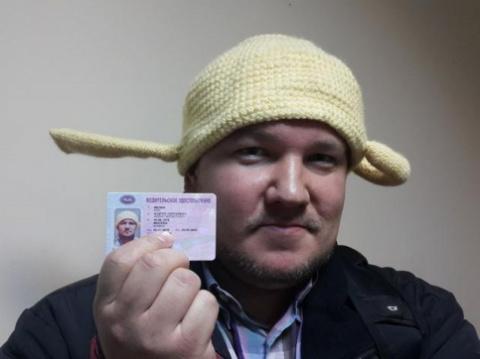 Московского водителя обязали ездить с вязаным дуршлагом на голове