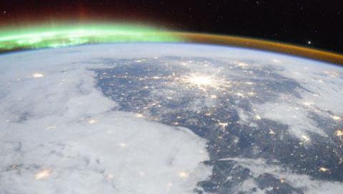 Российские космонавты засняли северное сияние вокруг Москвы и Санкт-Петербурга