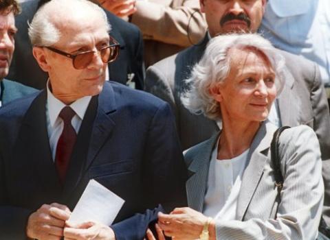 Вдова Хонеккера Маргот 20 лет не решалась обнародовать дневники своего покойного мужа (на фото Эрих Хонеккер с супругой в аэропорту Сантьяго, 1993 год)