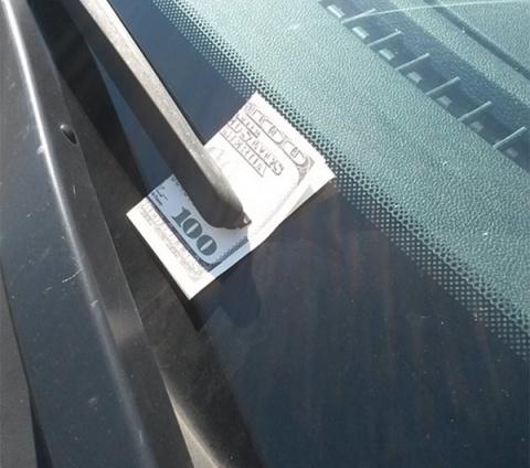 Увидев это на лобовом стекле, скорее садись в машину и уезжай прочь!