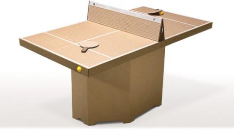 Картонный чемодан с картонным столом против скуки и гиподинамии