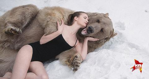 Англичане раздули скандал из-за съемок русских моделей в обнимку с медведем