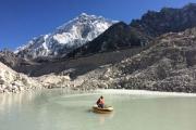 На ледниках в Гималаях образ…