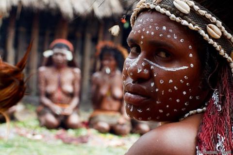 За конфетку: как белые люди познакомились с диким племенем куку-куку