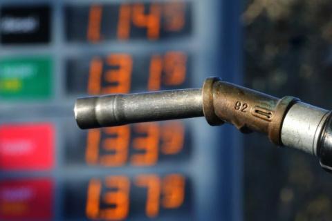 Росстат: бензин в России дешевеет пятую неделю подряд