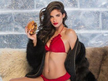 Горячая девушка с горячим гамбургером
