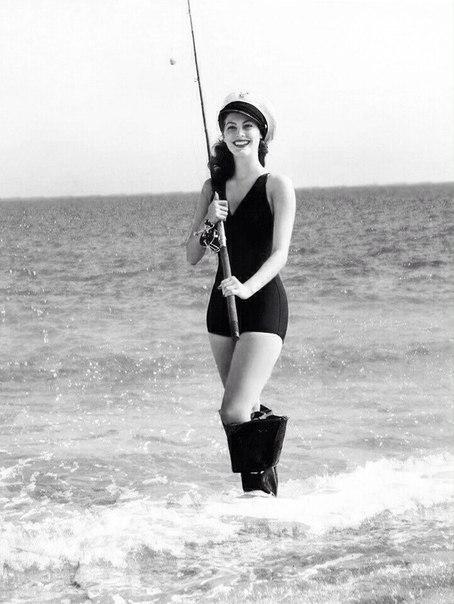 Ава Гарднер на рыбалке.