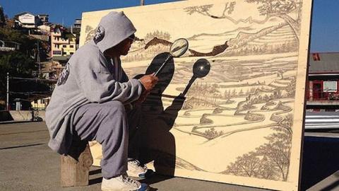 Филиппинский художник Джордан Мангосан, который рисует свои картины при помощи лишь холста, лупы и солнечного света.