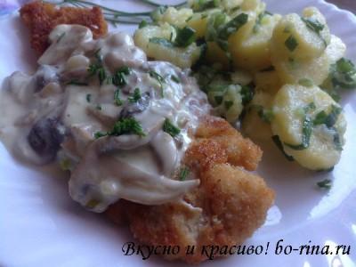Панированная рыба с грибным соусом и картофельным салатом