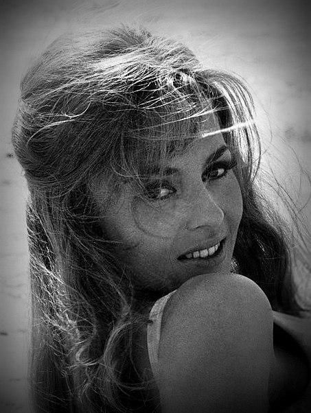 """Фотосессия Мишель Мерсье на пляже, перед началом съемок фильма """"Анжелика и султан""""1967 год, Тунис."""