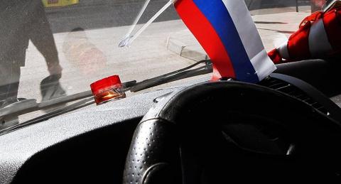 В Латвии полицейский получил суровый выговор за размещение флага России