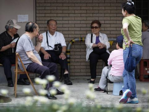 В Японии планируют переселить стариков из городов в районы