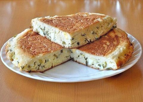 Быстрый пирог луком и сыром