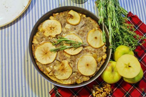 Осенний пирог со свининой, яблоками и травами.