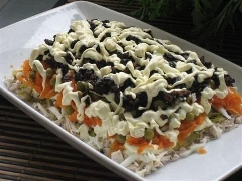 Салат с курицей и черносливом